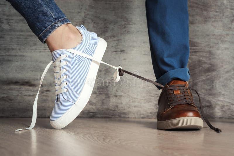 El zapato de las mujeres va lejos de los hombres Concepto de romper relaciones de familia o peleas foto de archivo libre de regalías