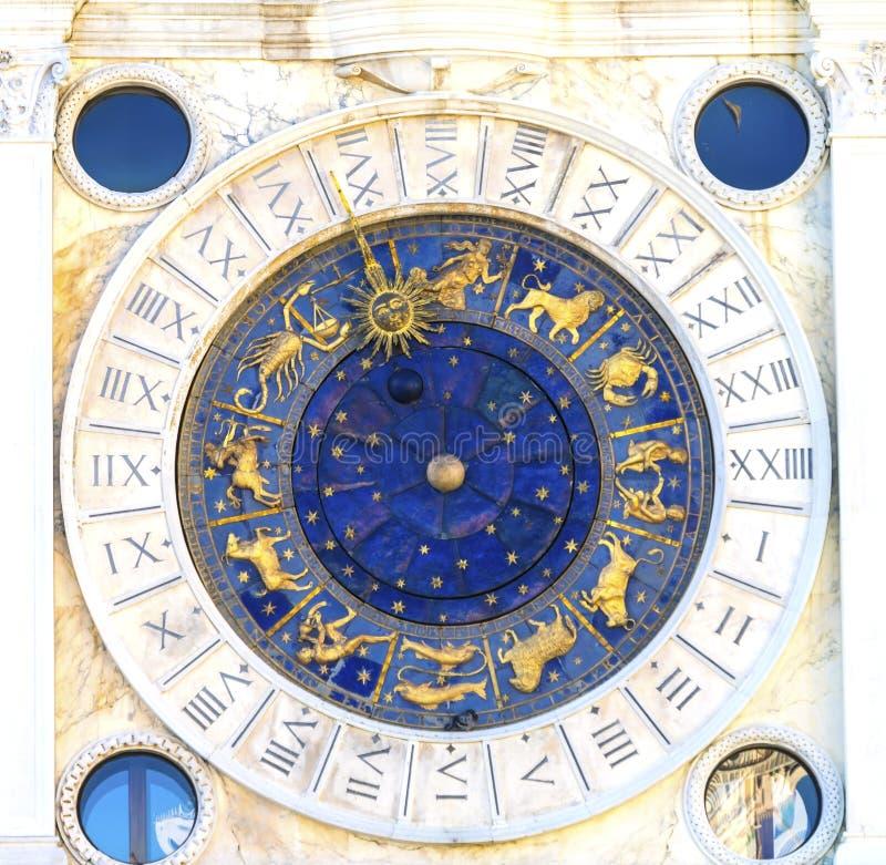 El zodiaco de la torre de reloj firma la iglesia Venecia Italia del ` s de St Mark fotos de archivo libres de regalías
