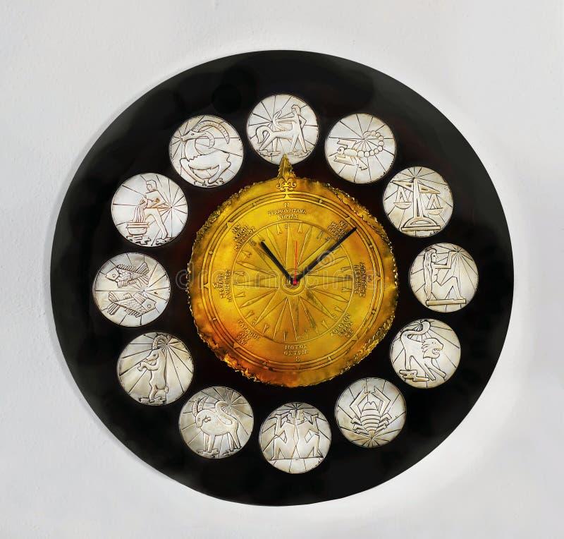 El zodiaco del reloj del vintage firma el contador de tiempo del calendario foto de archivo