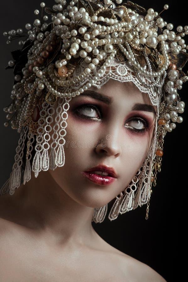 El zombi de la muchacha con el vintage hermoso adornó el sombrero fotografía de archivo