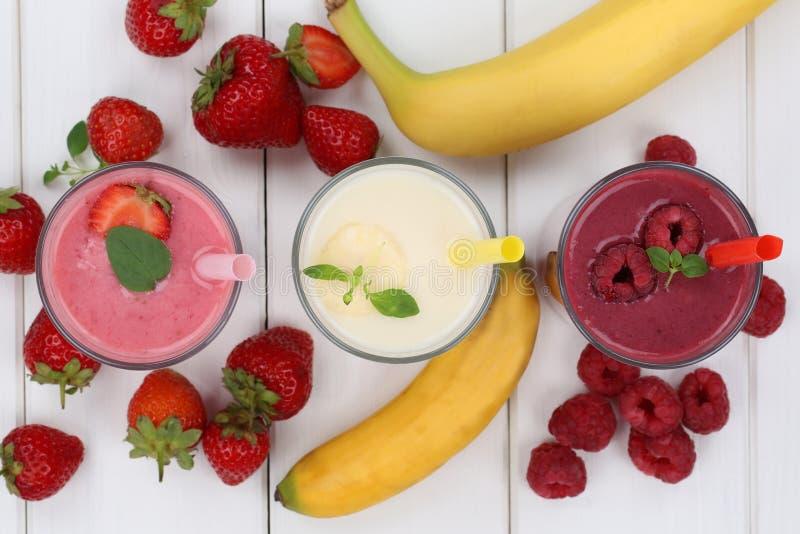 El zumo de fruta del Smoothie con las frutas le gustan las fresas, frambuesas fotografía de archivo