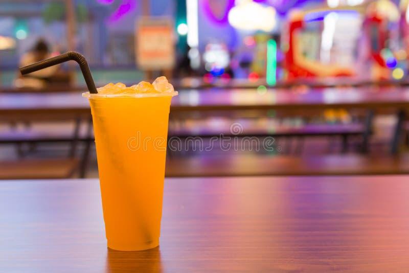 El zumo de naranja fresco en vidrio en la tabla de madera en la alameda imágenes de archivo libres de regalías