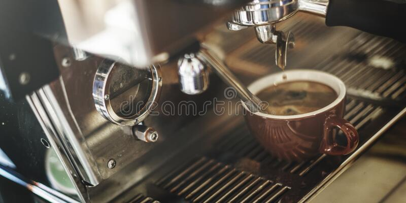 Elaboración de la cerveza del café express foto de archivo