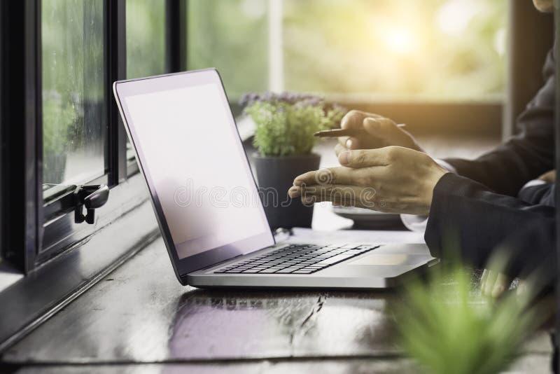 Elaborando en el ordenador portátil, cierre de manos del hombre de negocios imagen de archivo libre de regalías
