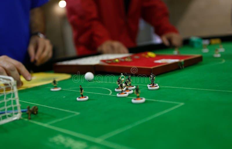 Elaborar figuras para jugar durante el detalle del partido del campeonato del mundo del fútbol de la tabla imagen de archivo