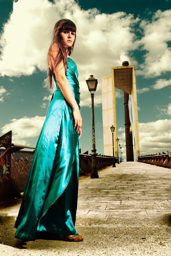 Elaborare trasversale esterno di modo della giovane donna fotografia stock