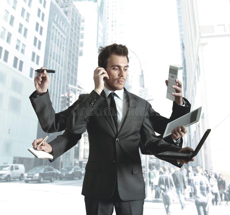 Elaborazione multitask dell'uomo d'affari fotografie stock