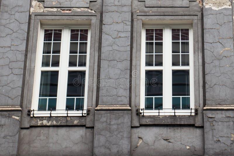 Elaborazioni di parametri d'annata sulla facciata di vecchia casa stracciata immagini stock libere da diritti