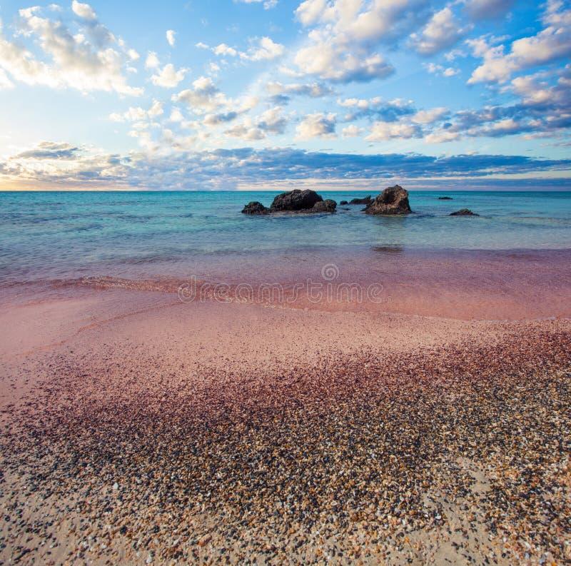 Elafonissi, praia grega famosa na Creta Nuvens do céu, mar azul e areia cor-de-rosa em Grécia imagem de stock royalty free