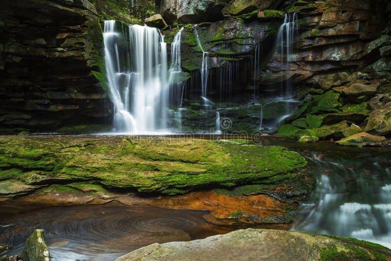 Elakala cade al parco di stato di Blackwaterfalls in Virginia Occidentale immagini stock