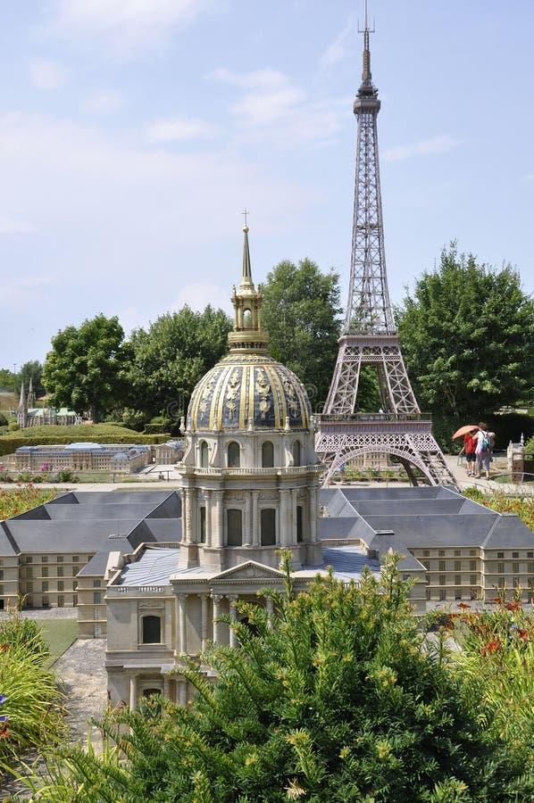 Elancourt F, Juli 16th: Kupolen av hotelldes Invalides från Paris i miniatyrreproduktionen av monument parkerar från Frankrike royaltyfria foton