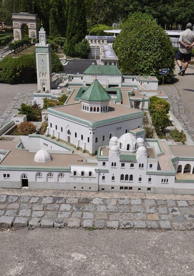 Elancourt F, Juli 16th: Stora Mosquee de Paris i miniatyrreproduktionen av monument parkerar från Frankrike royaltyfria bilder