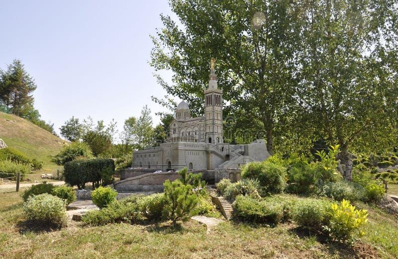 Elancourt F, le 16 juillet : Basilique Notre Dame de la Garde dans la reproduction miniature du parc de monuments des Frances images stock