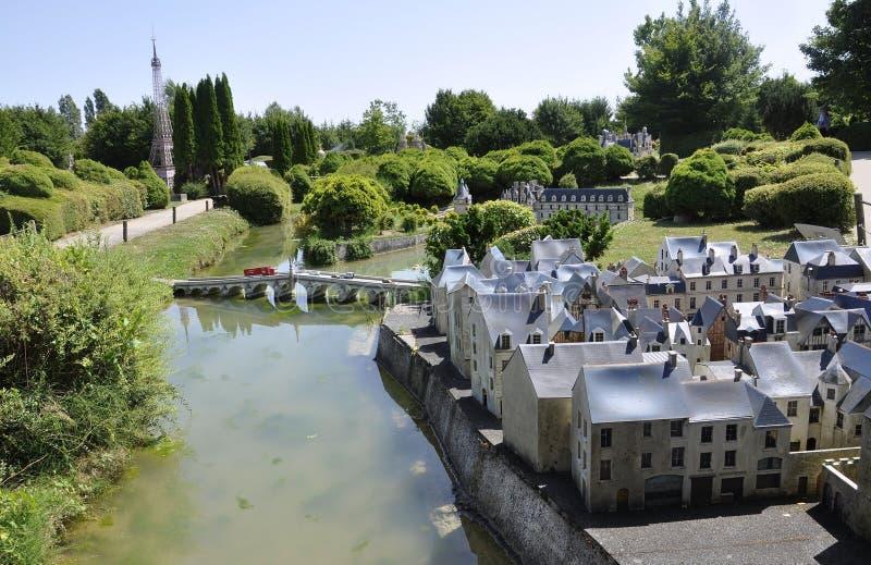 Elancourt F, le 16 juillet : Placez Plumereau des visites dans la la reproduction miniature du parc de monuments des Frances photo libre de droits