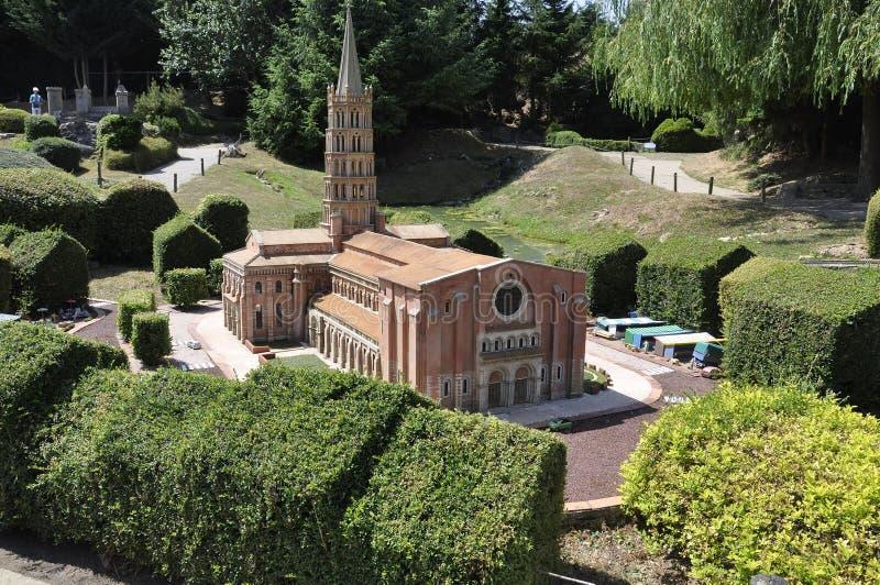 Elancourt F, le 16 juillet : Saint Sernin de Toulouse de Basilique dans la reproduction miniature du parc de monuments des France photos stock