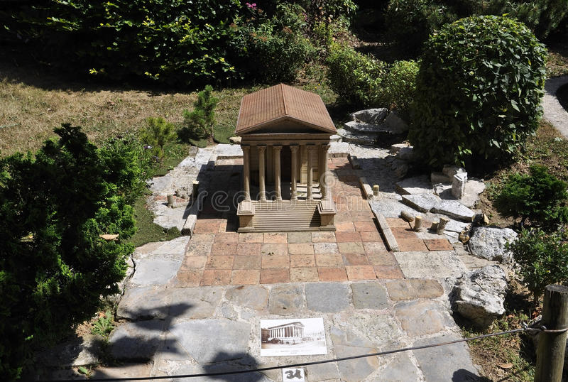 Elancourt F, Lipiec 16th: Maison Carree de Nimes w Miniaturowej reprodukci zabytku park od Francja zdjęcia royalty free