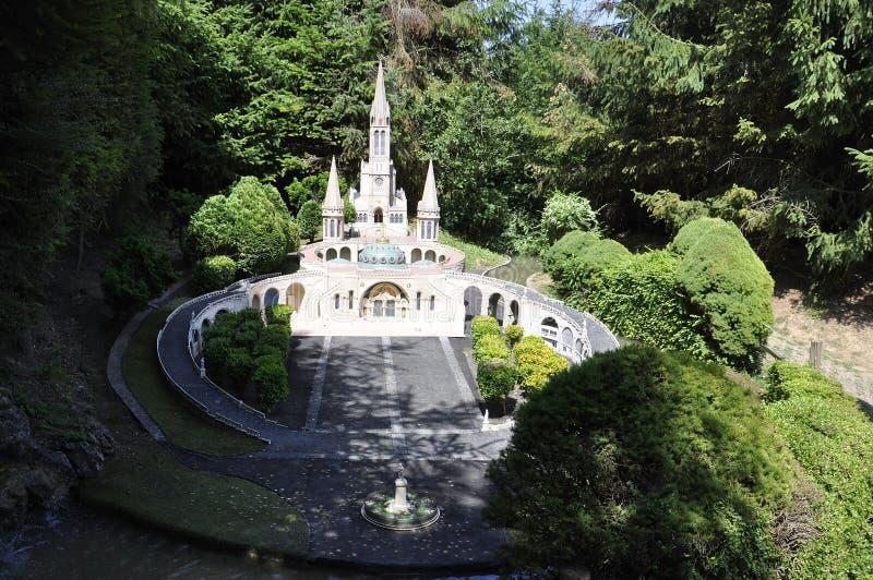 Elancourt F, o 16 de julho: Basilique Notre-Dame de Lourdes na reprodução diminuta dos monumentos estaciona de França imagem de stock royalty free