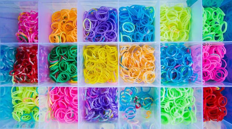 Elastici del silicone nei colori differenti per i braccialetti intreccianti Creatività del bambino, hobby, fatto a mano fotografie stock