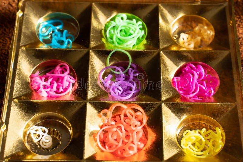 Elastici del silicone nei colori differenti per i braccialetti intreccianti Creativit? del bambino, hobby, fatto a mano fotografie stock libere da diritti