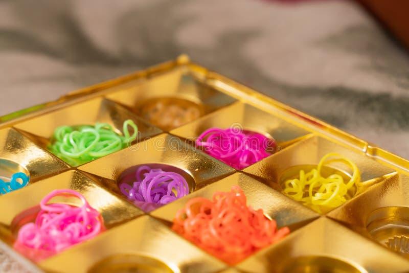 Elastici del silicone nei colori differenti per i braccialetti intreccianti Creativit? del bambino, hobby, fatto a mano immagine stock