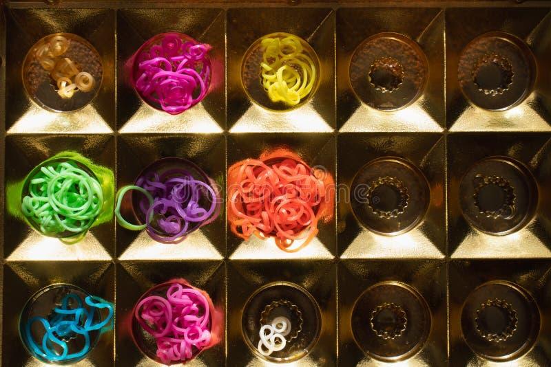 Elastici del silicone nei colori differenti per i braccialetti intreccianti Creativit? del bambino, hobby, fatto a mano fotografia stock libera da diritti
