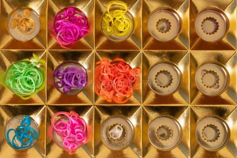 Elastici del silicone nei colori differenti per i braccialetti intreccianti Creativit? del bambino, hobby, fatto a mano fotografia stock