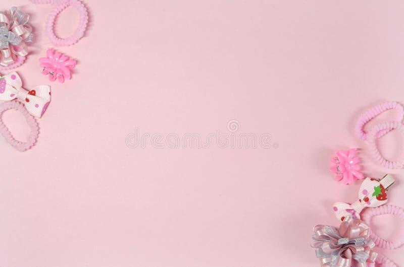 Elastici e forcelle per un piccolo fashionista nei colori rosa immagine stock libera da diritti