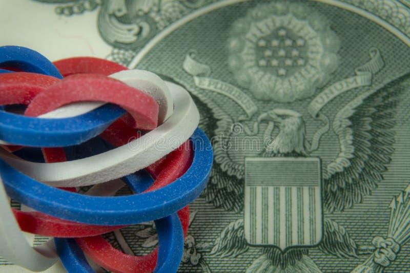 Elastici torti sulla banconota del dollaro fotografia stock libera da diritti