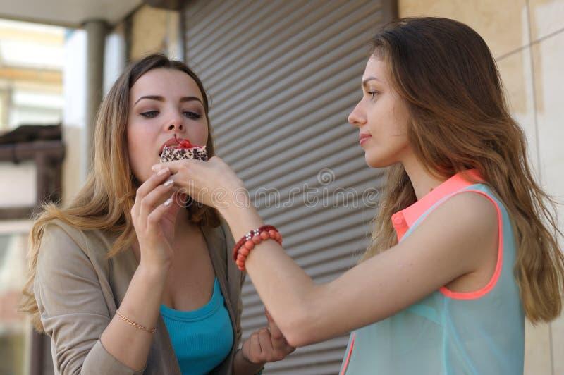 Elasticità della ragazza provare il suo dolce dell'amica immagine stock