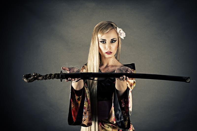 Elasticità della spada del samurai della donna fotografie stock