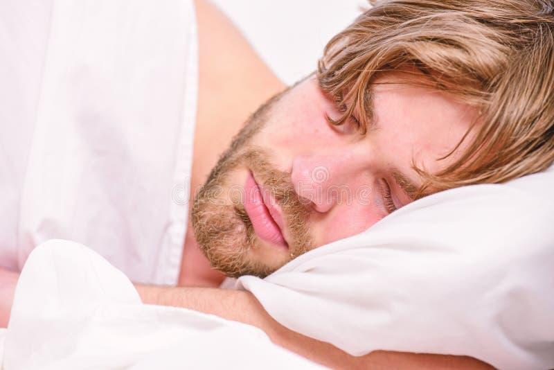 Elasticitet efter vak upp i morgonen Man?gon ?r st?ngda med avkoppling Mannen med ?gon st?ngde fortfarande att n? p? knappen arkivfoton