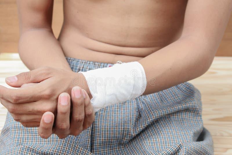 Elastico bendato della fasciatura della mano del giovane Concetto di lesione e di dolore fotografie stock
