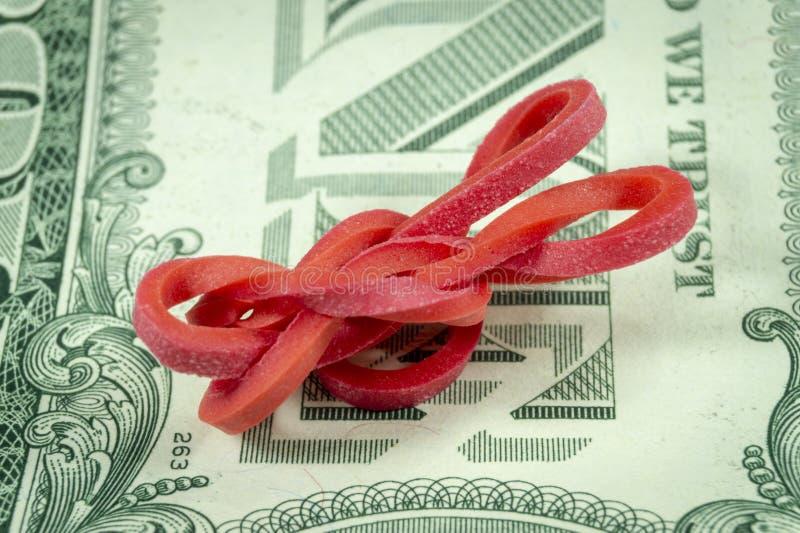 Elastico torto sulla banconota del dollaro immagine stock