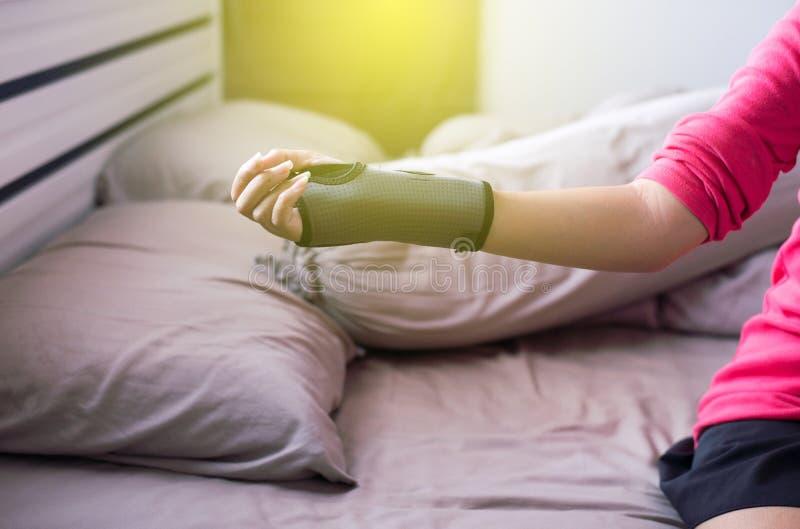 Elastische Handgelenkunterstützung an Hand, zum von Schmerz zu entlasten lizenzfreie stockbilder