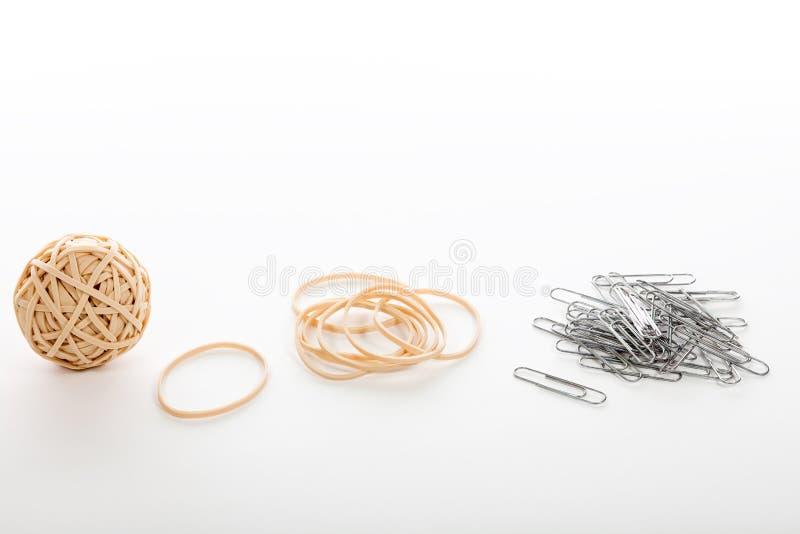 Elastiska gummiband och gemmar Brevpapperhållare på wh arkivfoto