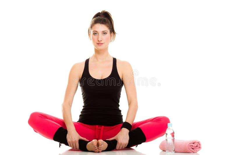 Elastyczna dziewczyna robi rozciągań pilates ćwiczeniu zdjęcia royalty free