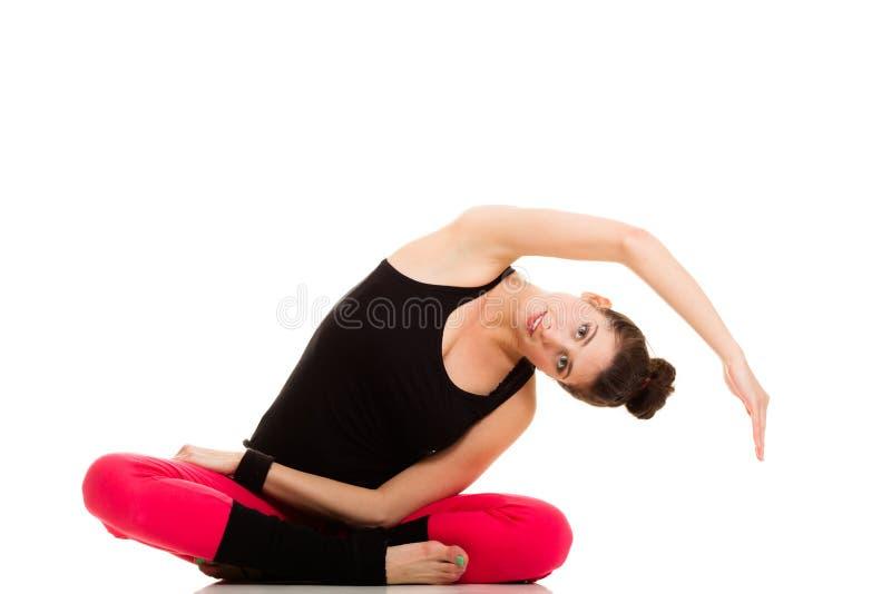 Elastyczna dziewczyna robi rozciągań pilates ćwiczeniu zdjęcie stock