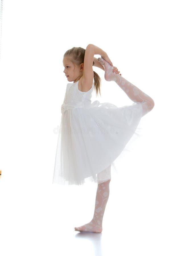 Elastyczna młoda blondynki dziewczyna obrazy stock