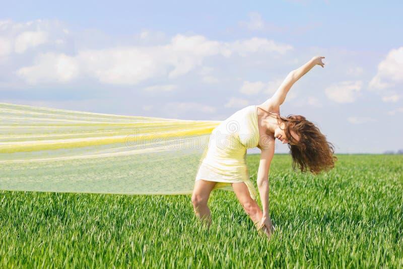 Elastyczna młoda kobieta obrazy stock