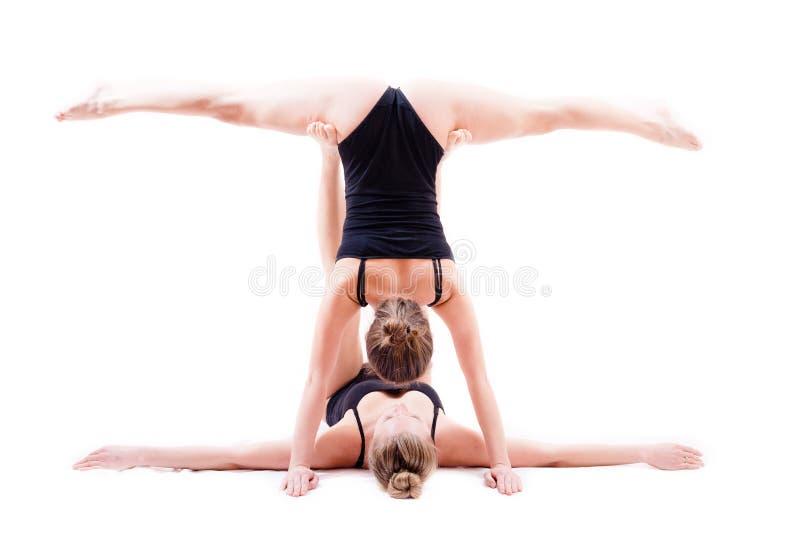 2 elastycznej młodej kobiety dziewczyny pięknego seksownego przyjaciela jeden w nogach rozszczepiać zdjęcia stock