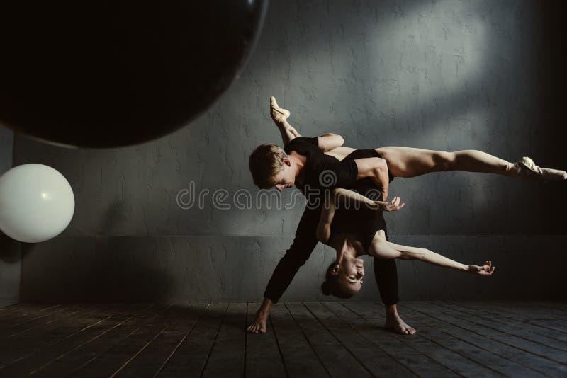 Elastyczni baletniczy tancerze pokazuje ich umiejętności zdjęcia royalty free