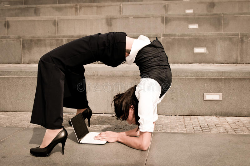 Elastyczny biznes - kobieta z notatnikiem zdjęcie royalty free