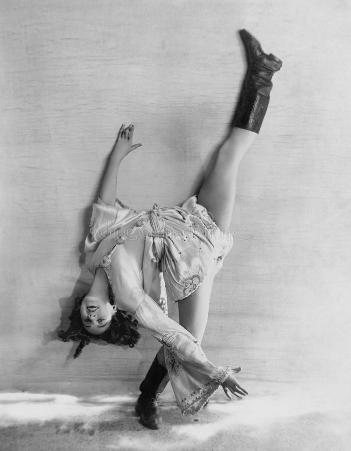 Elastyczny tancerz zgina nad backwards (Wszystkie persons przedstawiający no są długiego utrzymania i żadny nieruchomość istnieje obrazy stock