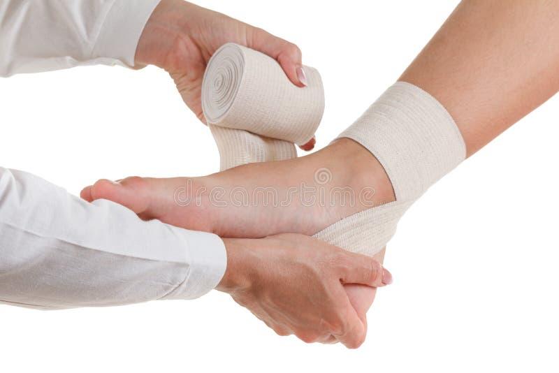 Elastyczny wspierający ortopedyczny bandaż, uciskowa stabilizator kostka, odizolowywająca na bielu obrazy royalty free