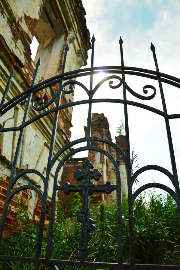 Download Żelaza grille z krzyżem zdjęcie stock. Obraz złożonej z żelazo - 53786150