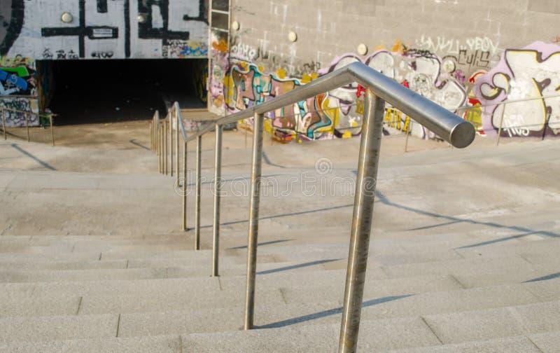 Żelazni schodowi poręcze prowadzi podziemnego skrzyżowanie obraz stock