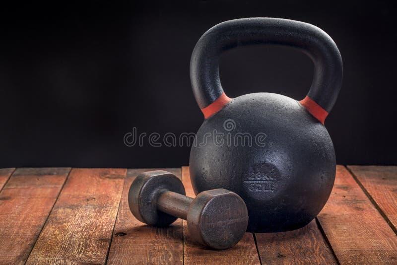 Żelazny kettlebell i dumbbell zdjęcie stock