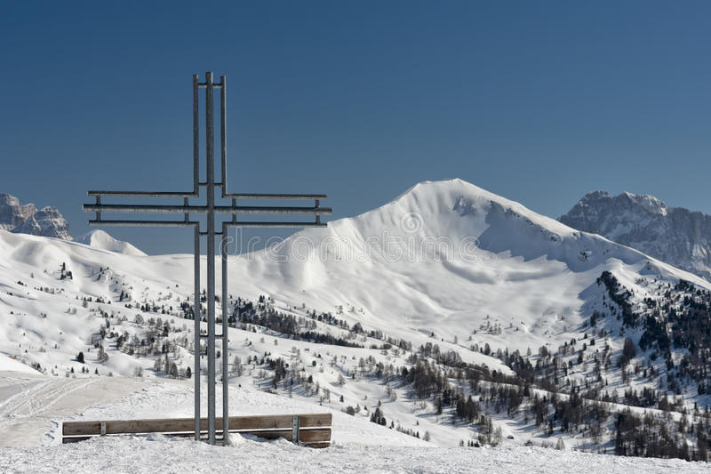 Żelazny krzyż na wysokiej górze fotografia royalty free