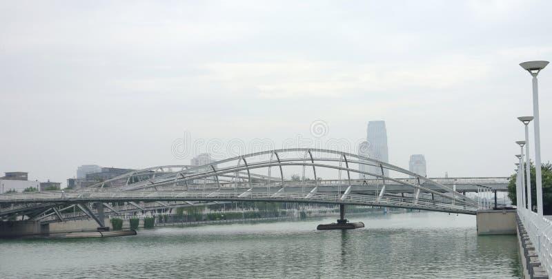 Żelazny most na rzece zdjęcia stock