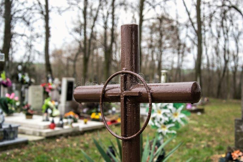 Żelazny przecinający grób w Słowackim cmentarzu Metalu krzyż na cmentarzu obrazy stock
